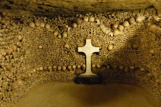Catacombes Paris hague ossements